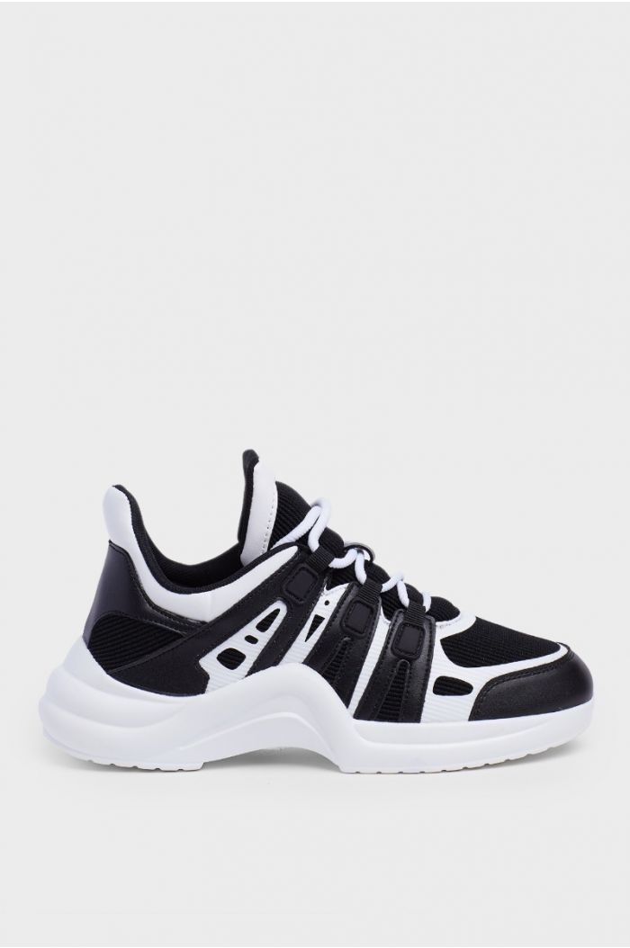 Casual sneakers with laces