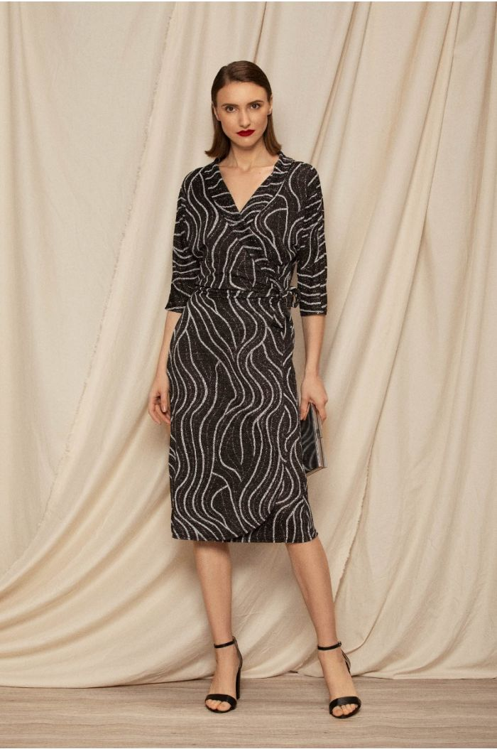 Wrap dress with twisted lining pattern