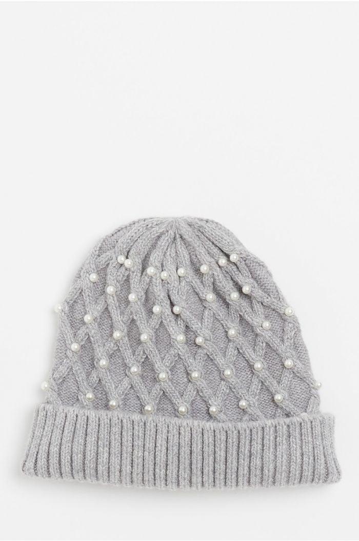 قبعة محبوكة بحبات لؤلؤ