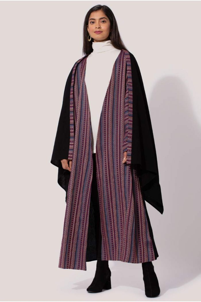 Model wears Printed abaya with traditional Sadu print
