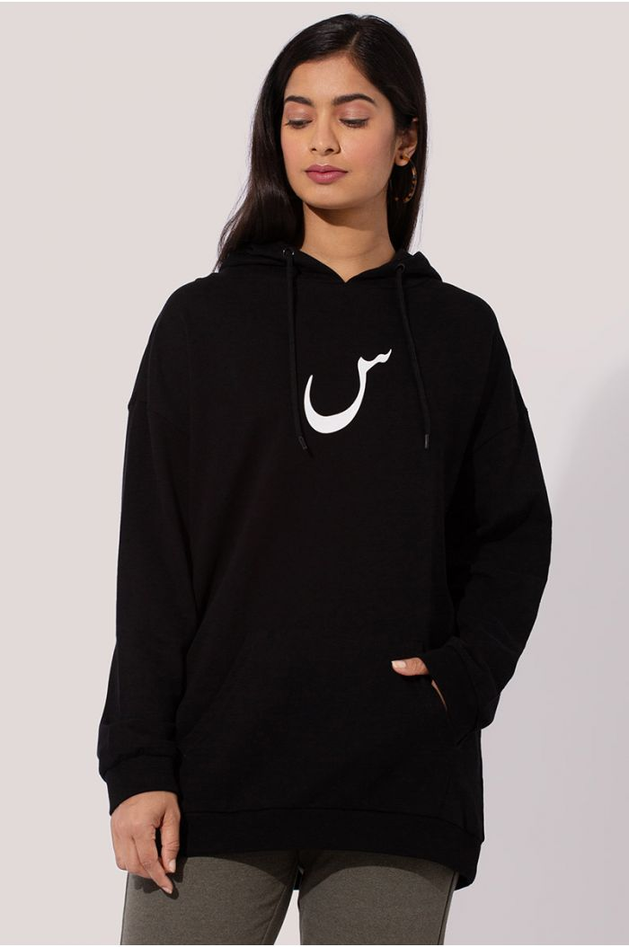 "Model wears Sweatshirt hoodie with Arabic letter print ""س"""